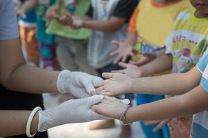 """""""มือเท้าปาก"""" โรคใกล้ตัวเด็กเล็กวัยเรียน"""