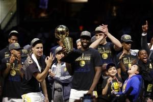 """""""วอร์ริเออร์ส"""" ซิว NBA สมัย 6 ทาบบูลล์ส กวาดซีรีส์รอบ 11 ปี"""