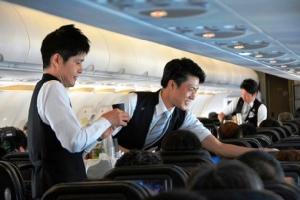 สายการบินญี่ปุ่นแหวกธรรมเนียม ใช้สจ๊วตสุดหล่อบริการทั้งลำ