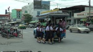 เตือนอย่าประมาท นักเรียนหญิงมัธยมตกรถสองแถว ย่านบางใหญ่ บาดเจ็บ