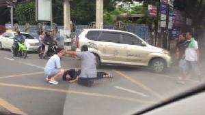 กล้องหน้ารถจับภาพชัด หนุ่มขี่ จยย.พุ่งพรวดออกซอยถูกแท็กซี่ชนเต็มเหนี่ยวกลางนิมมานฯ