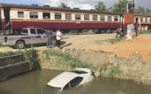 GPS นำทางเก๋งโดนรถไฟชนตกคลองเมืองเพชรฯ 2 หนุ่มใหญ่รอดหวุดหวิด