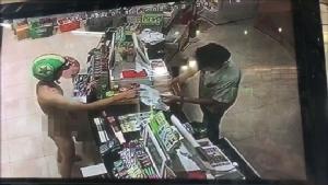 ปรับ 3 วัยรุ่นคึกคะนองท้าเปลือยกายใส่หมวกกันน็อกซื้อของในร้านสะดวกซื้อ