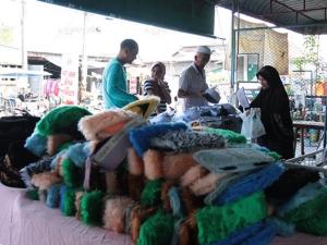 ชาวไทยมุสลิมเมืองนราฯ แห่จับจ่ายซื้อของรับเทศกาลฮารีรายออีดิ้ลฟิตรีคึกคัก
