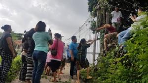 ชุมชนป้ายเหลืองร้องช่วยด้วย ถูกปิดทาง 70 ครัวเรือนต้องปีนกำแพงเข้าออก