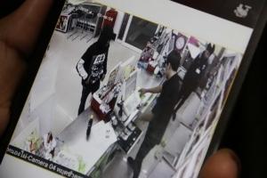 บุกเดี่ยวควงปืนชิงทรัพย์ร้านสะดวกซื้อ อ.ชุมแพ ได้เงินสดกว่า 3 พัน ตำรวจเร่งล่าคนร้าย
