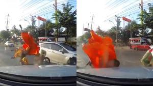 """จีวรบิน! """"พี่วิน"""" ซิ่งข้ามจุดกลับรถ เจอรถทางตรงชนจนพระกระเด็น"""
