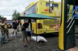 หนุ่มช่างแอร์สุดซวยขับรถเมล์มาจอด เกิดไหลมาอัดร่างเสียชีวิตคาที่