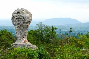 """เกาะกระแสบอลโลก สัมผัส(หิน)ถ้วยฟีฟ่ายักษ์ หลงรักทุ่งดอกกระเจียวใหญ่ ที่""""ป่าหินงาม""""/ปิ่น บุตรี"""
