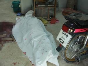 สลด! พบศพชายสูงวัยถูกตีศีรษะแตกเสียชีวิตจมกองเลือดคาบ้านพัก