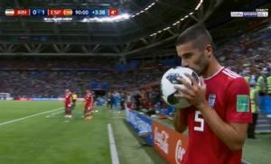 """(คลิป) ธรรมดาโลกไม่จำ """"แข้งอิหร่าน"""" ตีลังกาทุ่มบอลแบบเหนือๆ ออกสื่อ"""