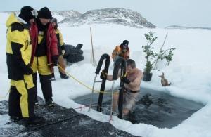"""นักวิจัยขั้วโลกใต้กระโดดลงน้ำเย็นจัดฉลอง """"วันครีษมายัน"""""""
