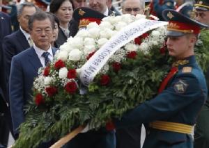 """In Clips : """"มุน แจ-อิน"""" ถึงมอสโกแล้ว! หลังให้สัมภาษณ์แนะ """"รัสเซีย"""" ต่อท่อก๊าซเข้าเกาหลีเหนือ – ตัวแทน 2 ชาติเกาหลีประชุมจัดงานพบญาติพลัดพราก"""