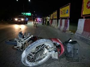 บุรุษไปรษณีย์ควบรถจักรยานยนต์ชนแท่งแบริเออร์คอหักเสียชีวิต