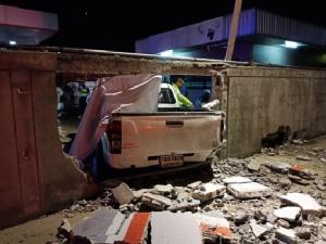 ดวงถึงฆาต หนุ่มนั่งซ่อมรถป็อปในปั๊มแก๊ส โดนกระบะซิ่งนรกพุ่งชนอัดกำแพงดับคาที่
