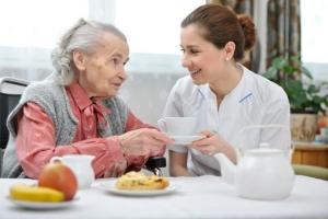 """แนะวิธีช่วย """"ผู้สูงอายุ"""" กลืนอาหารง่ายขึ้น"""