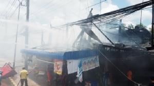 อุ้มคนป่วยหนีรอดหวุดหวิด ไฟไหม้โชวห่วยใจกลางชุมชนหนองเม็ก
