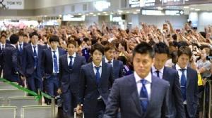"""(คลิป) แฟนบอล """"ญี่ปุ่น"""" บุกรอต้อนรับนักเตะถึงสนามบิน หลังเดินทางถึงบ้าน"""