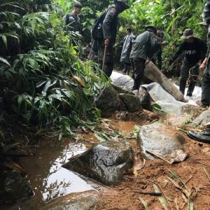 """สู้ไม่ถอย! แม้จะสู้กับธรรมชาติ ภารกิจเบี่ยงทางน้ำ ไม่ให้ไหลเข้าถ้ำหลวง เพื่อไม่เป็นอุปสรรคในการช่วย """"ทีมหมูป่า"""""""