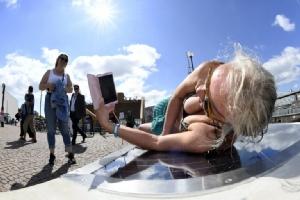 """""""ม้านั่งโซลาร์"""" ที่ฟินแลนด์นอนอาบแดดได้-ชาร์จมือถือด้วย"""