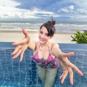 ดั่งสุมไฟใส่หม้อชาบู  เมื่อนางฟ้านักปั่นมาประชันชุดว่ายน้ำ!