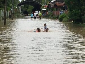 ฝนซัดหนักทั้งคืน ชาว ต.พิมานถูกน้ำท่วม 4 หมู่บ้าน หวั่นท่วมหนักซ้ำปี 60