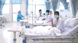 (ชมคลิป) เผยภาพทีมหมูป่าใน รพ.แพทย์ยันสุขภาพดี ให้อยู่ 7-10 วัน ก่อนกลับบ้านสังเกตอาการอีก 1 เดือน