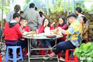 ชาวเวียดนามแห่กินทุเรียนถูกเจ้าของจัดโปรราคาสุดพิเศษขอแค่ทิ้งเม็ดไว้