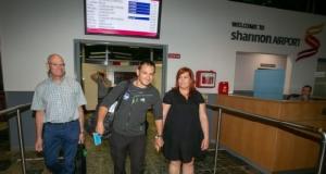 นักประดาน้ำหนึ่งในทีมช่วยชีวิต'13ทีมหมูป่า' ได้รับการต้อนรับ'เยี่ยงวีรบุรุษ'ที่สนามบินไอร์แลนด์