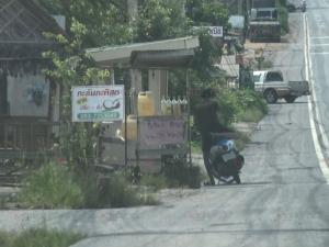เย้ยกฎหมาย! น้ำมันเถื่อนเหิมเกริมขายกลางเมืองชายแดนไร้ความกลัวตำรวจสะเดา