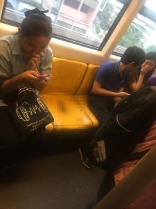 อุจาดตา! กองอุจจาระบนรถไฟฟ้า ส่งกลิ่นทำหลายคนเดือดร้อน