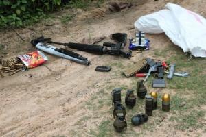 ผงะ! พบอาวุธสงครามเพียบ ทั้งระเบิด-ปืนเอ็ม 16-ลูก M 79 และกระสุนปืน ซุกข้างทางเมืองช้าง