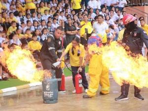 ทน.ตรังจับมือ ร.ร.เอกชนดังจัดซ้อมแผนไฟไหม้ ฝึกดับไฟลุกไหม้ถังแก๊สด้วยมือเปล่า