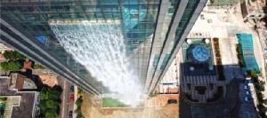 สุดอลังการ! จีนสร้างน้ำตกเทียมสูง 108 เมตร ไหลจากตึกระฟ้าที่กุ้ยหยาง [ชมคลิป]