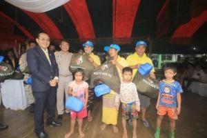 ฟ้าหญิงจุฬาภรณ์ พระราชทานถุงยังชีพให้ผู้ประสบอุทกภัยชาวสังขละบุรี