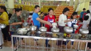 พุทธศาสนิกชนพาครอบครัวเข้าวัดทำบุญ เทศกาลวันอาสาฬหบูชาและวันเข้าพรรษาคึกคัก