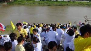 ผู้ว่าฯ อ่างทองนำประชาชนตักบาตร วันเฉลิมพระชนมพรรษา 66 พรรษา ในหลวง ร.๑๐