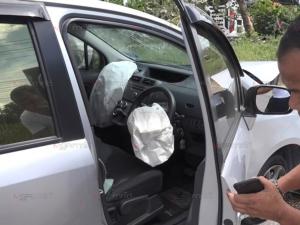 เก๋งมาเลย์หักหลบรถ จยย.ปาดหน้าเสียหลักชนต้นไม้ หน้ารถพังยับคนขับปลอดภัย