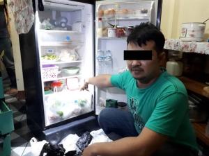 ไม่รอด! ขัดปืนอยู่ดีๆ ตำรวจบุกขอค้น พบซุกยาบ้าในช่องแช่ผักตู้เย็นและไอซ์หลังทีวี