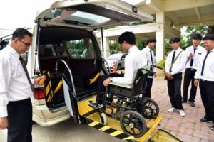 """มทร.ธัญบุรี พัฒนา """"ชุดยกไฮโดรลิก"""" ช่วยคนใช้วีลแชร์ขึ้นลงรถสะดวก ติดตั้งง่าย รองรับสังคมสูงวัย"""