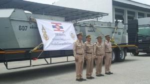 ถึงแล้ว กองทัพเรือลำเลียงเรือผลักดันน้ำ เตรียมเร่งระบายน้ำในแม่น้ำเพชรบุรี ป้องกันเข้าท่วมตัวเมือง