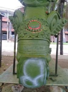 ไม่กลัวบาป! มือดีพ่นสีสเปรย์ใส่รูปปั้นพญานาคเมรุหลวงพ่อคูณ
