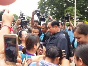 นายกฯ ถึงเพชรบุรี ย้ำสถานการณ์น้ำไม่หนักหนาเกินไป วอนสื่ออย่านำเสนอจนตื่นตระหนก