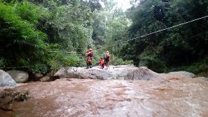 ระทึก!น้ำป่าหลากลงน้ำตกแม่สา 7 นักท่องเที่ยวหนีอลหม่าน ติดโขดหิน 2