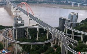 (ภาพ) ฉงชิ่งเปิดถนนยกระดับสูง 72 เมตร สูงที่สุดในจีน