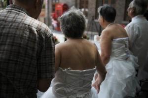 """""""ขอให้ความรักนี้ยั่งยืน"""" เหล่าผู้เฒ่าแต่งงานอีกรอบ ฉลองวันแห่งความรักจีน """"ชีซี"""""""