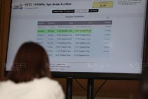 ดีแทค-เอไอเอสคว้าคลื่น 1800 MHz คนละใบ