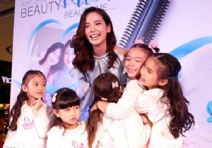 """แม่ลูกสุขสันต์! """"ณิชา"""" ร่วมงาน Beauty Mom Beauty Me ชวนน้องๆ ร่วมกิจกรรมกับคุณแม่กับหวีไฟฟ้าไร้สาย LESASHA Brush 2 Go"""