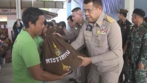 ผู้ประสบอุทกภัย 2 อำเภอจังหวัดมุกดาหาร รับมอบถุงยังชีพพระราชทาน