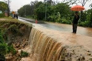 พังงาฝนตกหนักทำน้ำท่วมหลายจุด ขณะสาวร้องพัฒนาวัดทำน้ำท่วมบ้าน